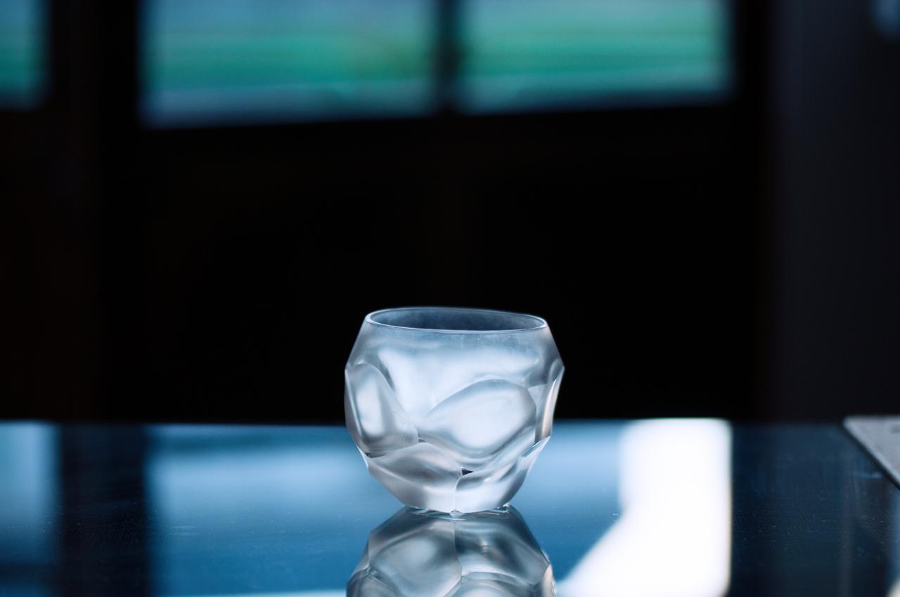 東京都練馬区大泉学園町の青樹舎硝子工房を主宰する貴島雄太朗氏作品「削紋ロックグラス」