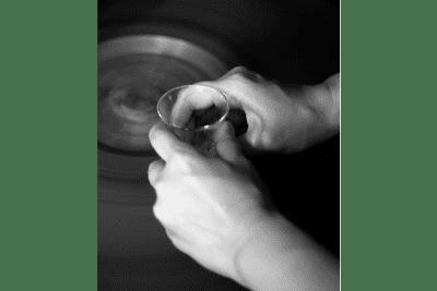 ガラスをけずる / 貴島雄太朗作品「削紋」制作イメージ
